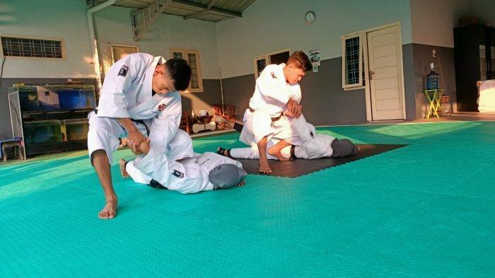 Tim embu beregu campuran yudansa Lampung berlatih di Dojo Bandar Lampung, Jumat (30/7/2021).