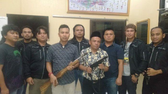 Kepala Kampung Negara Bumi Ilir Serahkan Senpi Rakitan Milik Warganya ke Polres Lampung Tengah