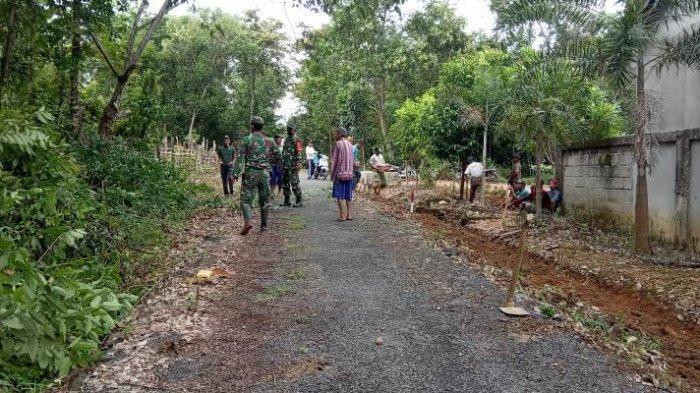 Kepedulian Babinsa Bahuga dan Masyarakat Kerja Bakti Bersihkan Jalan Kampung