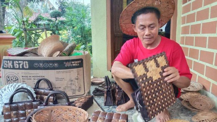 Kerajinan Anyaman Bambu dan Batok Kelapa Pak Yanto Baru Dibuat Jika Ada Pemesan