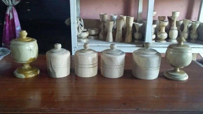 Kerajinan Bubut Kayu Asal Desa Wonomarto Tawarkan Asbak hingga Vas Bunga