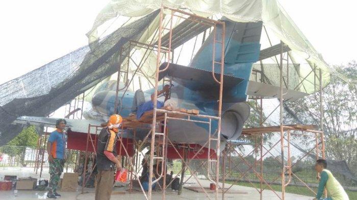 Kerangka Pesawat A-4 Skyhawk di Lanud Pangeran M Bunyamin Lampung Dicat Ulang