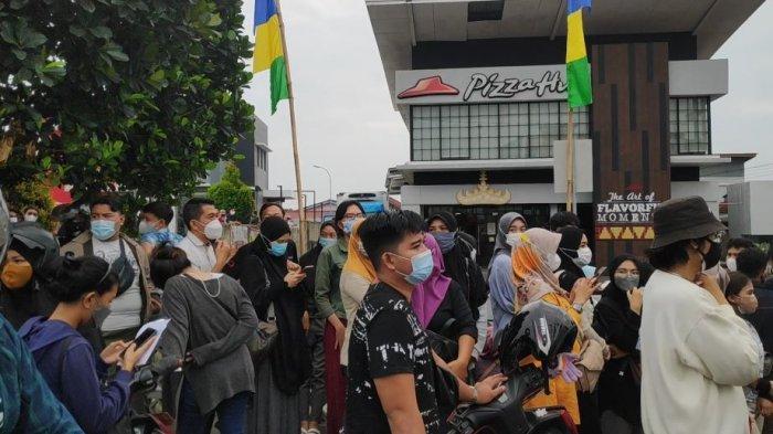 Mengira Ada Vaksinasi, Kerumunan Warga di Pizza Hut Bandar Lampung Dibubarkan Satgas Covid-19
