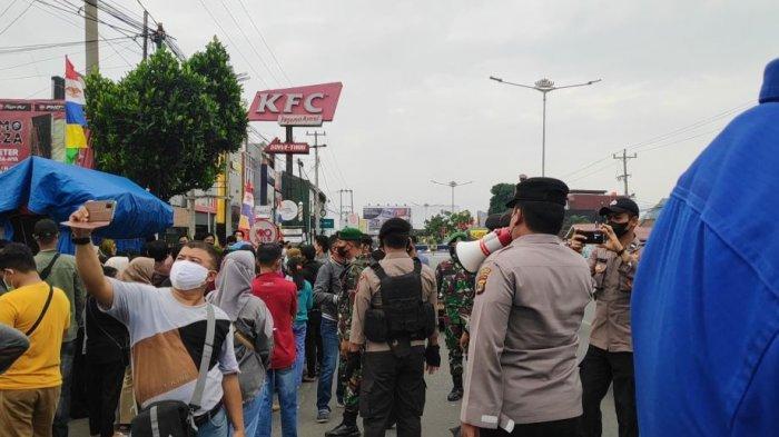 Petugas Satgas Covid-19 Bandar Lampung membubarkan kerumunan warga di gerai Pizza Hut, Jalan ZA Pagar Alam, Kedaton, Sabtu (24/7/2021).