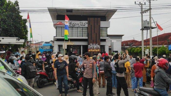 Geger Informasi Vaksinasi di Pizza Hut Bandar Lampung, Kerumunan Warga Dibubarkan Satgas Covid-19