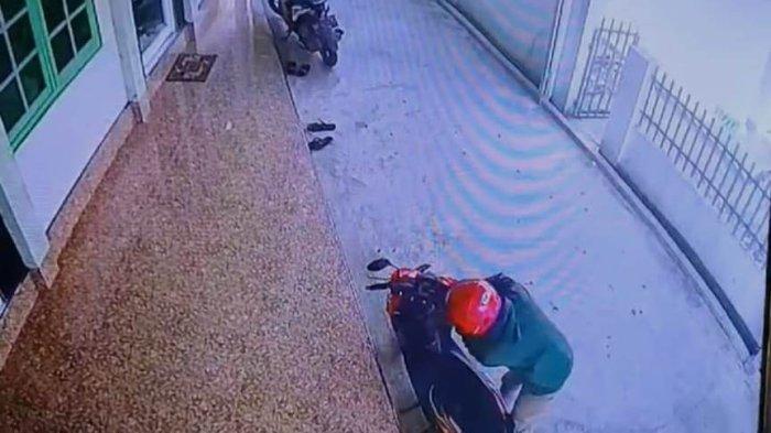 Tubuh Pendek Kulit Putih, Pencuri Motor di Masjid Kauman Metro Lampung Teridentifikasi
