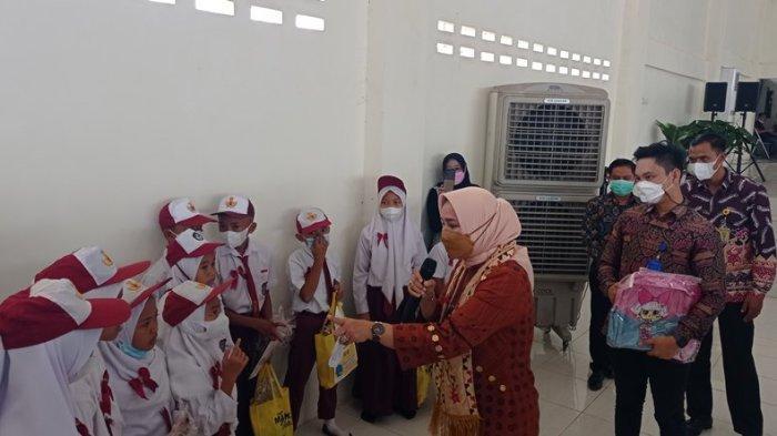 Tebak-tebakan Nama Ikan, Ketua TP PKK Lampung Beri Hadiah Tas Kepada Siswa SD