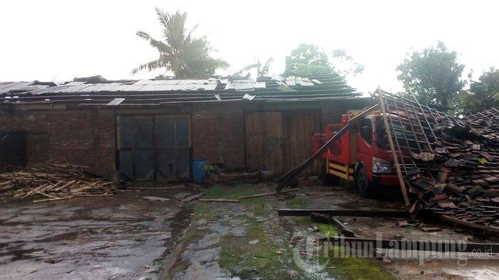 Bangunan menimpa satu unit mobil setelah tersapu angin kencang atau angin puting beliung, Minggu, 28 Februari 2021 sore.