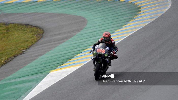 Pembalap Prancis Monster Energy, Fabio Quartararo, mengendarai sepeda motornya saat sesi pemanasan menjelang Grand Prix Moto GP Prancis di Le Mans, barat laut Prancis, pada 16 Mei 2021.
