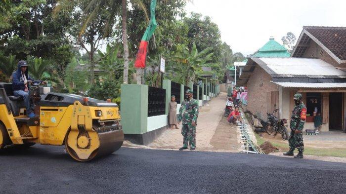 Program Karya Bakti TNI, Kodim 0410 Perbaiki Jalan di Kampung Pulo Mas