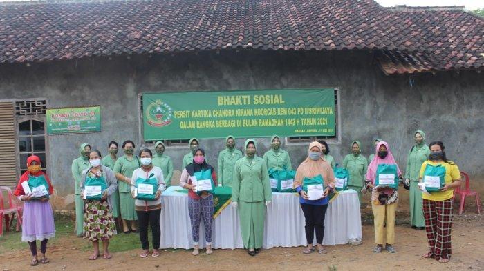 Bakti Sosial TNI, Esa Romas Herlandes Bagikan Sembako kepada Warga di Gunung Sulah
