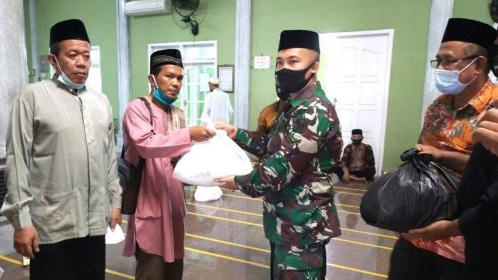 Babinsa Koramil 410-01/Panjang Serda Nora Mirta Berikan Santunan kepada Ta'mir Masjid Al Muhajirin