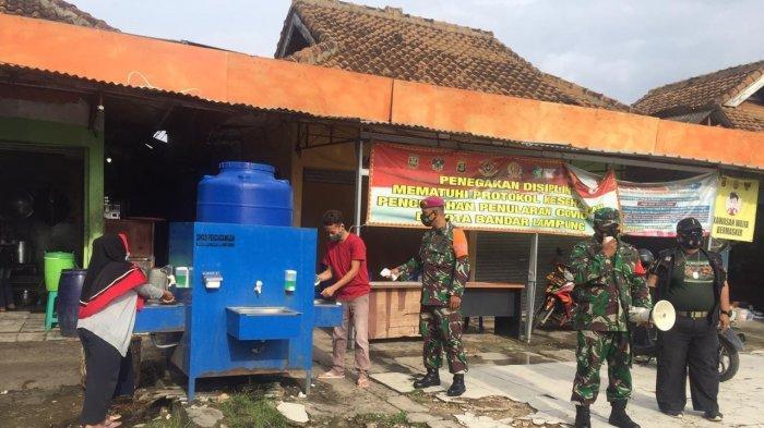 Babinsa Koramil 410-04/TKT Peltu Andi Wahyu Rutin Imbau Prokes dan 3M Pengunjung Pasar Wayihalim