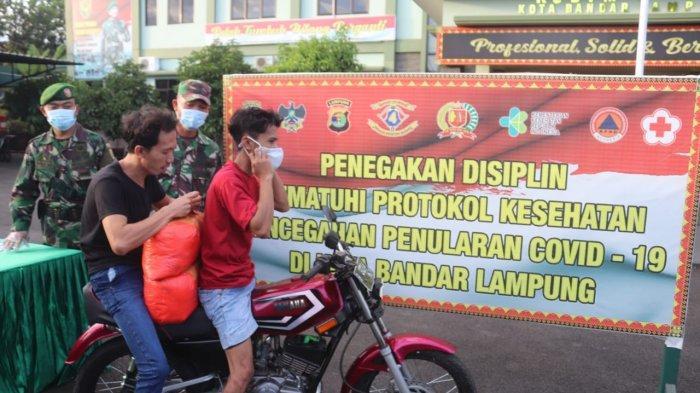 Jelang Berbuka Puasa, Kodim 0410/KBL Rutin Bagikan Takjil dan Masker kepada Warga