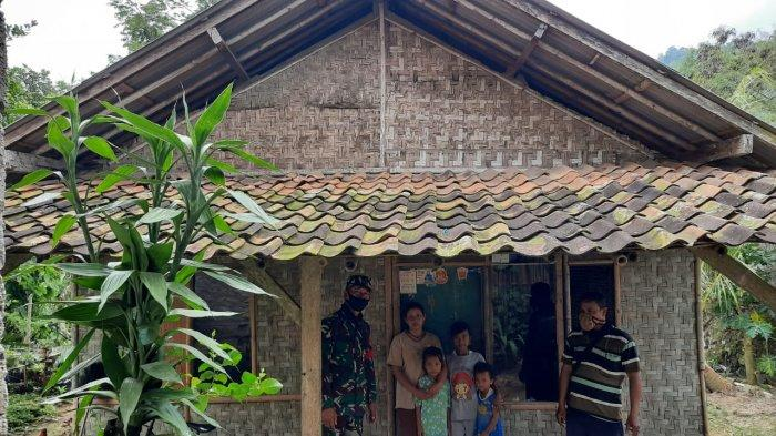 Babinsa Kelurahan Way Gubak  Serda Aan Ansori Dampingi Dinas Pemukinman Kota Bagikan Bantuan