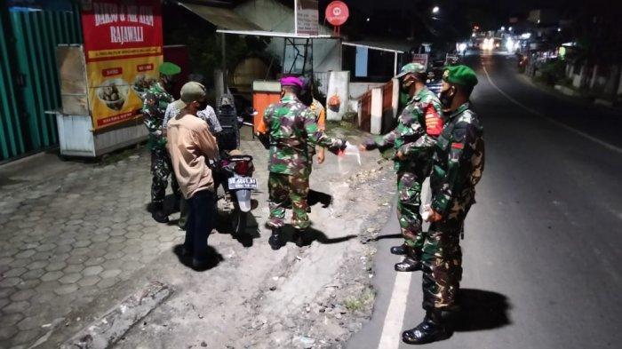 Babinsa Koramil 410-05/TKP Sertu Acep Patroli Prokes Malam Hari di Jalan Panglima Polim