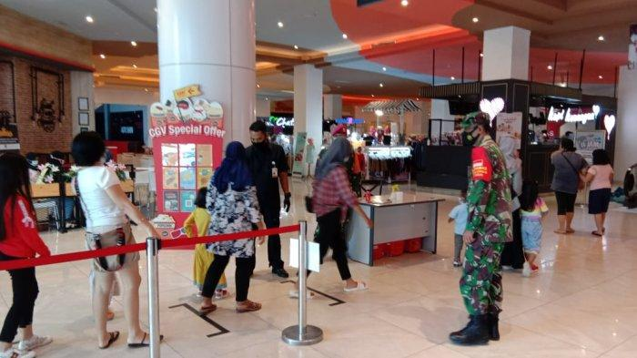 Cegah Covid 19, Babinsa Pelda Sutiyono Tegur Pengunjung Transmart Jika Tidak Patuhi Prokes