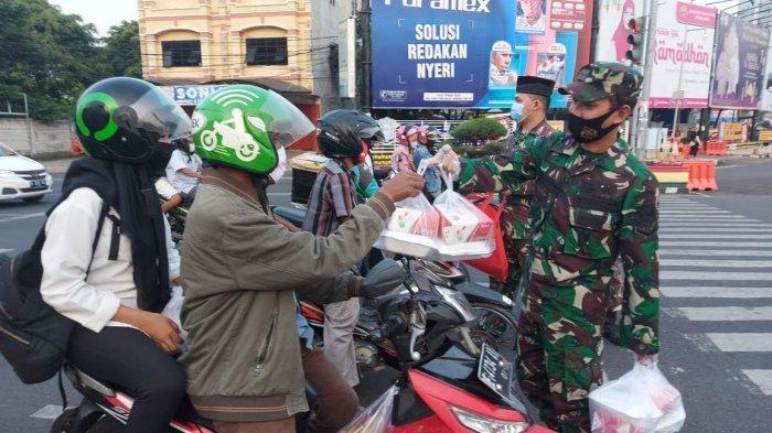 Jelang Berbuka Puasa, Kodim 0410/KBL Bagikan Takjil di Tugu Adipura