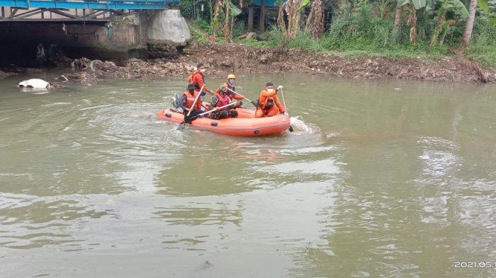 Koramil 410-04/TKT Bantu Evakuasi Anak Hanyut di Jalan Hayam Wuruk