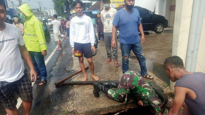 Koramil 410-04/TKT Bantu Cari Anak Hanyut di Pasar Tugu