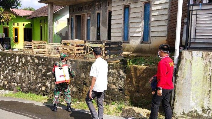 Babinsa Koramil 410-02/TBS Sertu Animan Semprot Disinfektan Pemukiman Warga Beringin Jaya