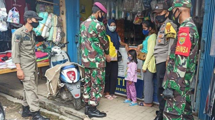 Babinsa Koramil 410-03/TBU Serda Anthony Pantau Prokes di Pasar Kota Karang Raya