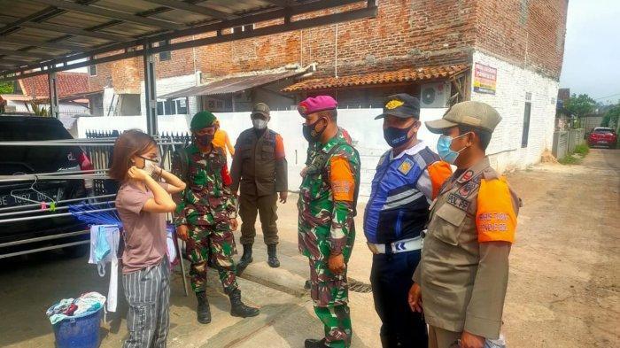 Babinsa Koramil 410-04/TKT Sertu Tarmidi Edukasi Prokes Hingga ke Perkampungan Warga