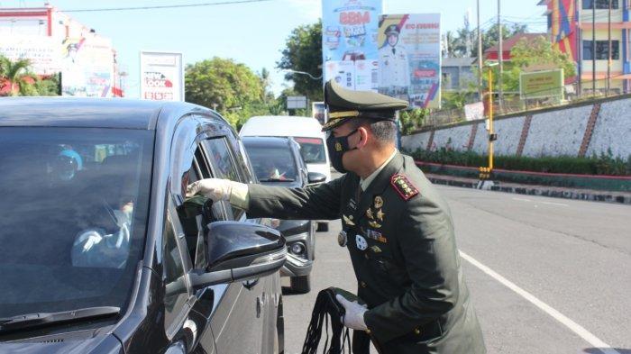 Kolonel Inf Romas Herlandes Bagikan Masker kepada Masyarakat yang Melintas di Jalan Diponegogoro
