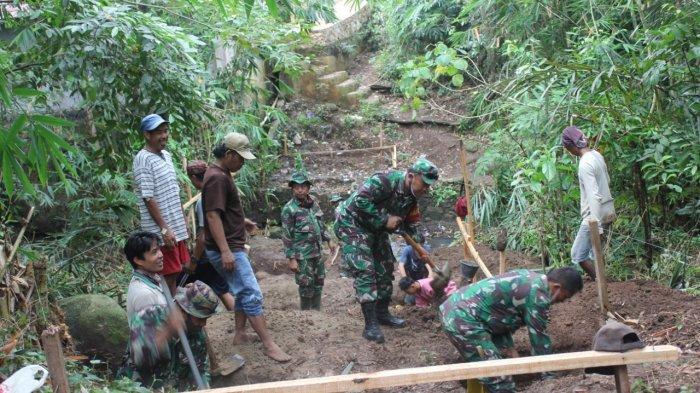 Dalam Rangka TMMD Ke 109, Kodim 0410 dan Warga Bangun Jembatan di Garuntang