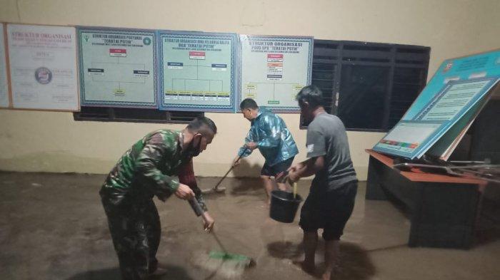 Babinsa Koramil 410-01/Panjang Sertu Arfa'i Pantau Musibah Banjir di Way Laga