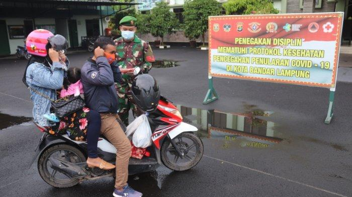 Bakti Sosial TNI, Kodim 0410/KBL Bagikan Takjil dan Masker Gratis kepada Pengendara yang Melintas