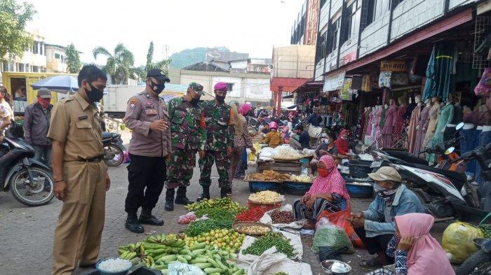 Babinsa Koramil 410-01/Panjang Pelda Ardinudin Rutin Edukasi Prokes dan 5M di Pasar Tradisional
