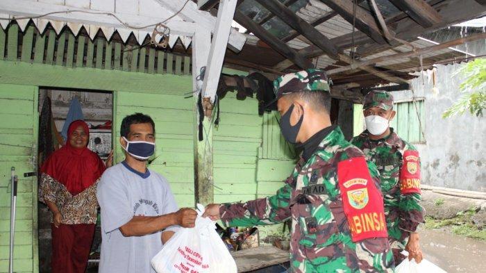Jelang Lebaran 2021, Koramil 410-05/TKP Bagikan Bingkisan di Wilayah Binaan
