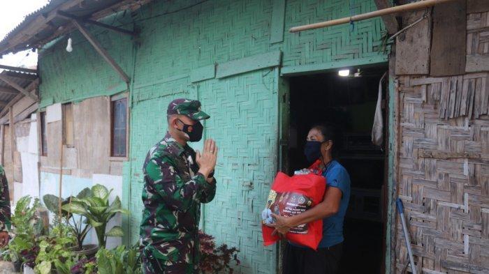 Jelang Idul Fitri 2021, Kolonel Inf Romas Herlandes Bagikan Sembako kepada Warga yang Membutuhkan