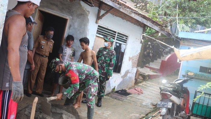 Wadanramil 410-01/Panjang Kapten Cpl Made Diazmika Tinjau Rumah Warga yang Terkena Longsor