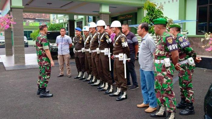 Kolonel Romas Herlandes Lakukan Pengecekan Kelengkapan Administrasi Anggota Kompi B Yonif 143/TWEJ