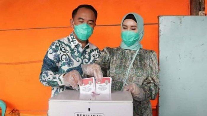 Kompak Pakai Batik, Adipati dan Istri Berikan Hak Suara di TPS 03 Kampung Bumi Ratu Way Kanan