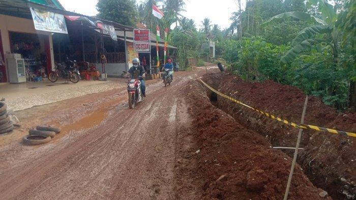 Warga 3 Kecamatan di Pringsewu Lampung Keluhkan Jalan Becek dan Licin Akibat Tanah Galian Pipa