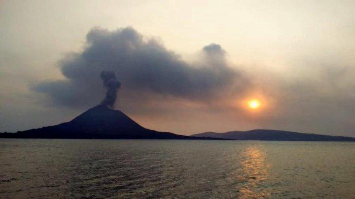 Kilatan Menakutkan Muncul di Gunung Anak Krakatau, Warga Pulau Anggap Kejadian Langka