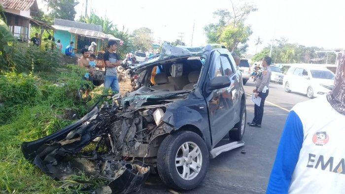 Mobil Randis Setdakab Lamsel Rusak Parah Usai Tabrakan dengan Truk Fuso