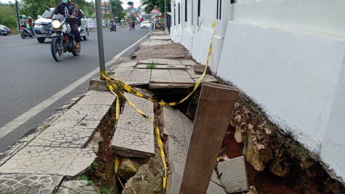 Kondisi trotoar ambles di Jalan Wolter Monginsidi, Telukbetung Utara, Jumat (19/2/2021).