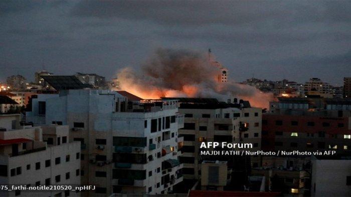 Smoke billows following an Israeli air strike on Gaza City, on May 20, 2021 - Konflik Palestina Israel di Gaza