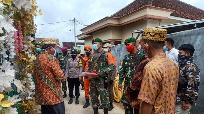 Cegah Penyebaran, Babinsa Koramil 410-04/TKT Kopda Yayan Pantau Prokes di Acara Pernikahan Warga
