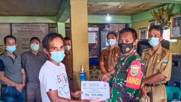 Babinsa Koramil di Pesisir Barat Lampung Dampingi Pembagian BLT Dana Desa