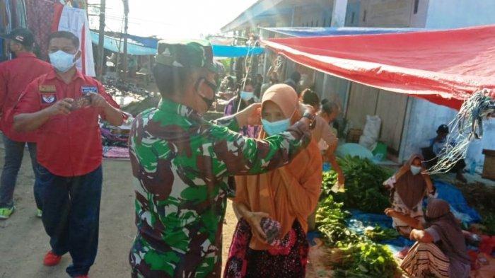 Koramil 427-04/Bahuga Bagikan Masker ke Pedagang dan Warga di Pasar Way Tuba Lampung