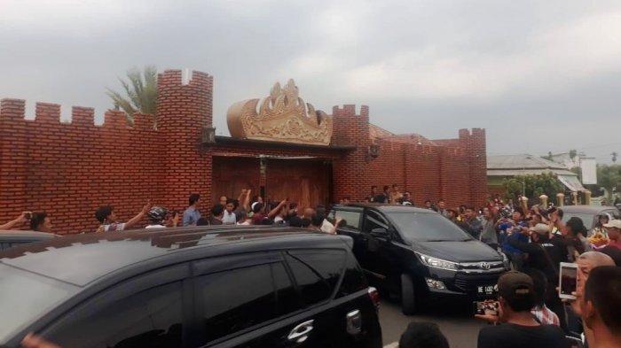 Rumah Gunaido Uthama Dipagar 2 Meter, Awak Media Terpaksa Panjat Tembok