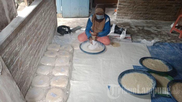 Kuliner Lampung, Kisah Soleha Produksi Kulit Lumpia hingga 2.500 Lembar per Hari