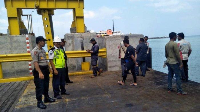 BREAKING NEWS - Pikap Tercebur ke Laut di Pelabuhan Merak, Sopir dan Kernet Dilarikan ke RS