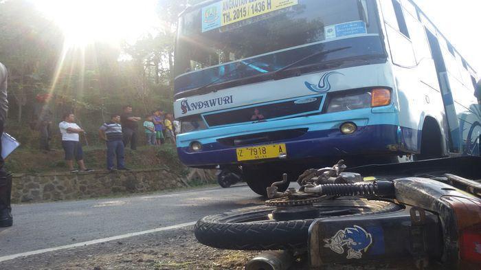 Pasutri Berboncengan Motor Masuk Kolong Truk, Suami Tewas di Lokasi