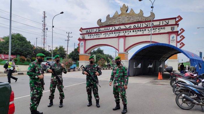Anggota Kodim 0410 Terus Lakukan Penyekatan Kendaraan di Pos Perbatasan Rajabasa